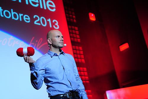 Le fil rouge dans les mains de Matthieu (photo Martin Charpentier)