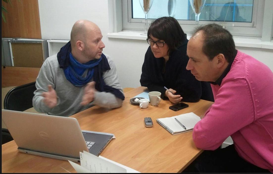 Chaque intervenant est entendu au téléphone par des membres de l'équipe (photo Facebook)
