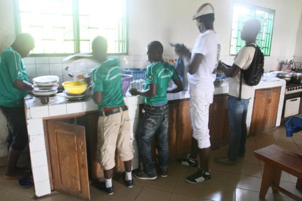 Comme à la maison les jeunes font chacun à leur tour la vaisselle -sans que Sophie intervienne !
