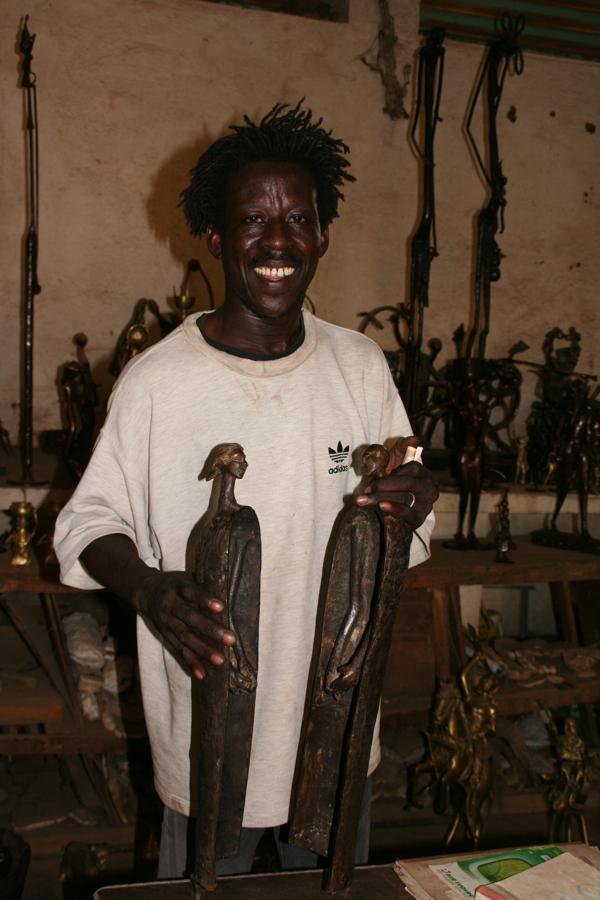 Artiste travaillant à Ouagadougou, Burkina Fasso. Sculpture de bronze .