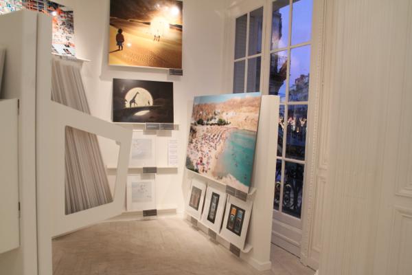 A l'étage liaison entre les tableaux et le jour déclinant par la fenêtre