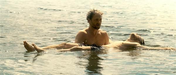 Adam apprend ...à nager .