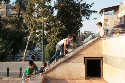 Enfants jouant à Damas (archive sept 2009). Que sont devenus ces enfants.