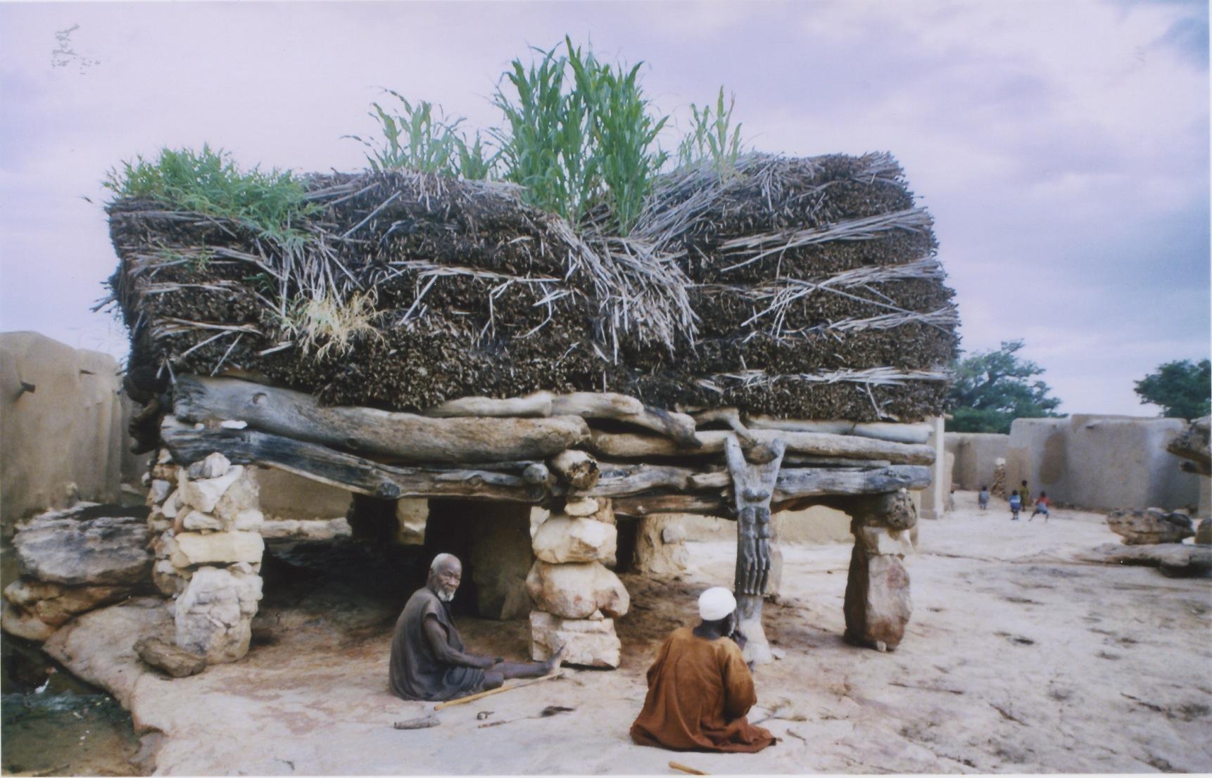 Au Mali chez les dogons, la case à palabre a un plafond qui ne permet pas de se lever en colère...
