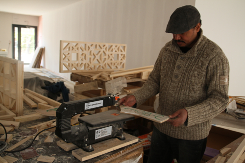 Avec cette scie à chantourner ,Hashim a découpé  l'ensemble des décorations  des bois doré de la mosquée