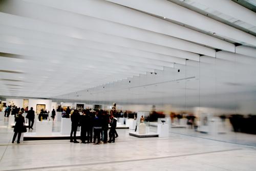 Tout au long du parcours le visiteur peut se situer grâce aux dates inscrites sur la cloison d'aluminium.