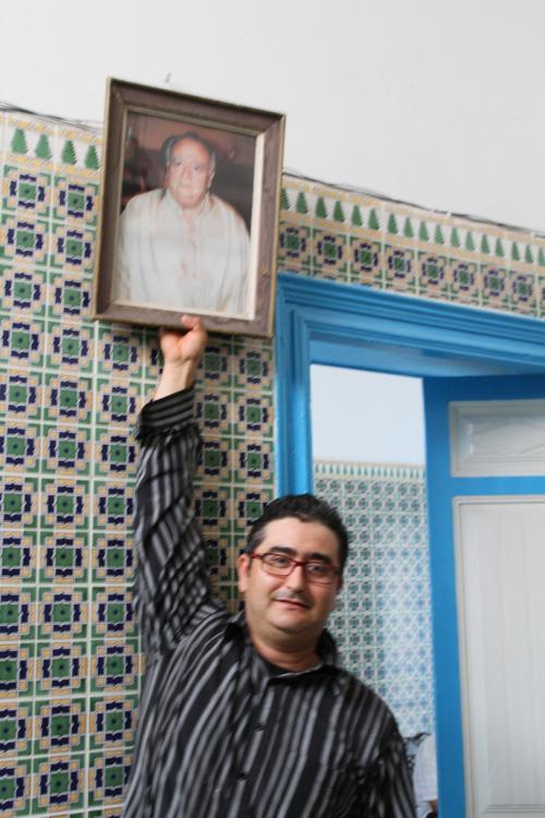 Hassine a su restaurer la maison de ses ancêtres (ici son père) et surtout en faire profiter  les voyageurs.