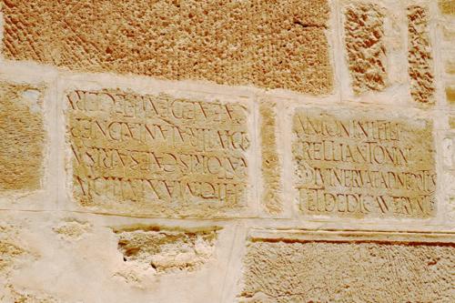 La base du minaret a été construit avec de matériau de réemploi ici les inscriptions romaines l'une est à l'envers, les constructeurs ne connaissaient pas le latin !