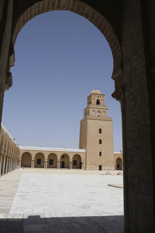 L'immense cour de la mosquée de Kairouan . Les architectes ont mélangé les styles, premier plan arc turc au fond arc roman...