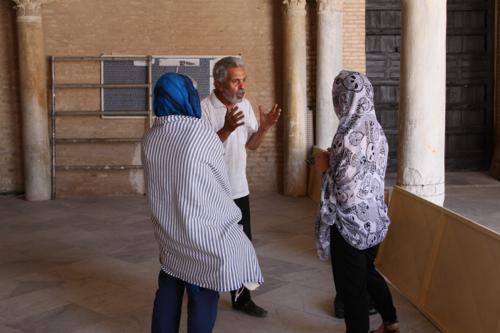 Notre guide en pleine explication dans la Grande Mosquée de Kairouan