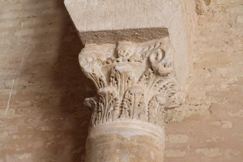 Autre réemploi venant des temples romains de la région, les chapiteaux