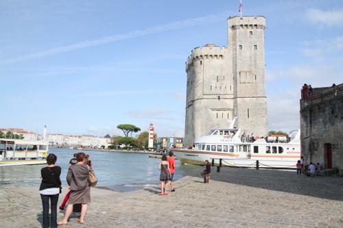 La mer est très haute cet après midi, un bateau inter-îles entre dans le vieux port devant la tour St Nicolas.