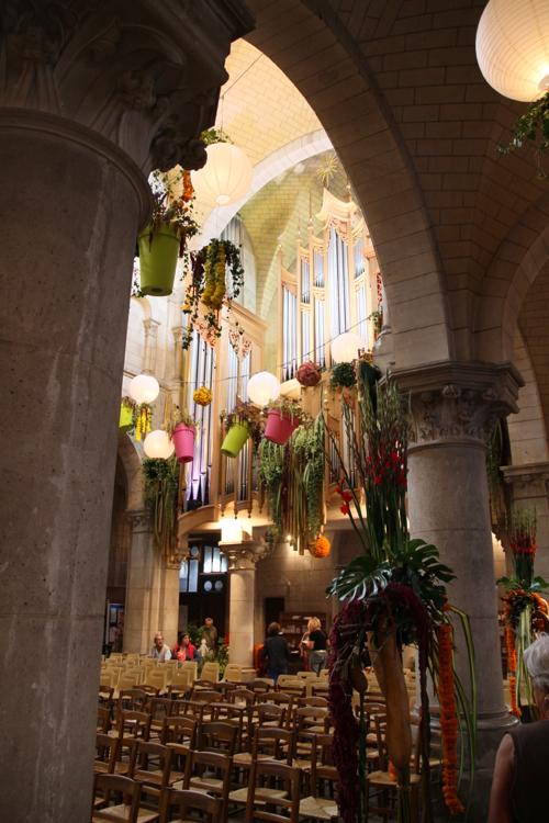 Toute l'église est décorée de fleurs naturelles