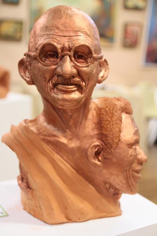 Détail de De Gandhi à Mandela terre cuite de Jean Marc Léau