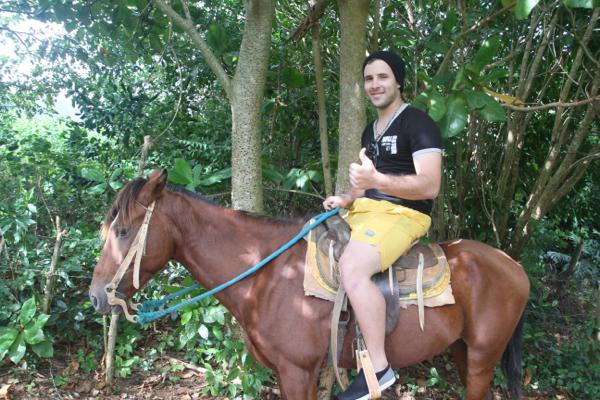 """Ce dimanche, les jeunes du village se retrouvent et tentent de proposer des randonnées à cheval aux promeneurs de ce lieu touristique près du """"Mur de la Préhistoire"""", vallée de Vinàles."""