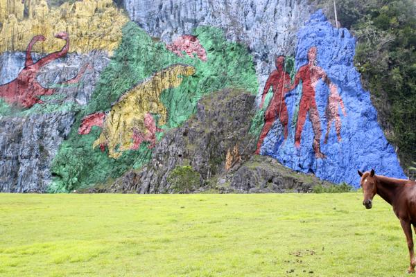 Art pariétal, non ! fresque peinte entre 1959 et 1962...sur la paroi d'un mogote dans la région de Vinalès.