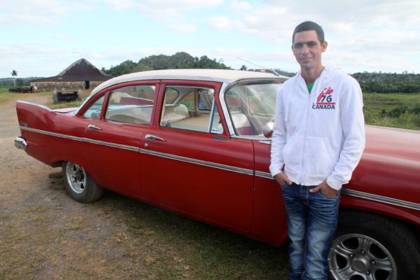 Il est le propriétaire de cette belle voiture américaine. Il entretient lui même cette voiture héritée de ses parents et grands parents.