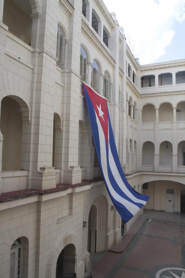 Le drapeau cubain dans la cour du Musée de la révolution