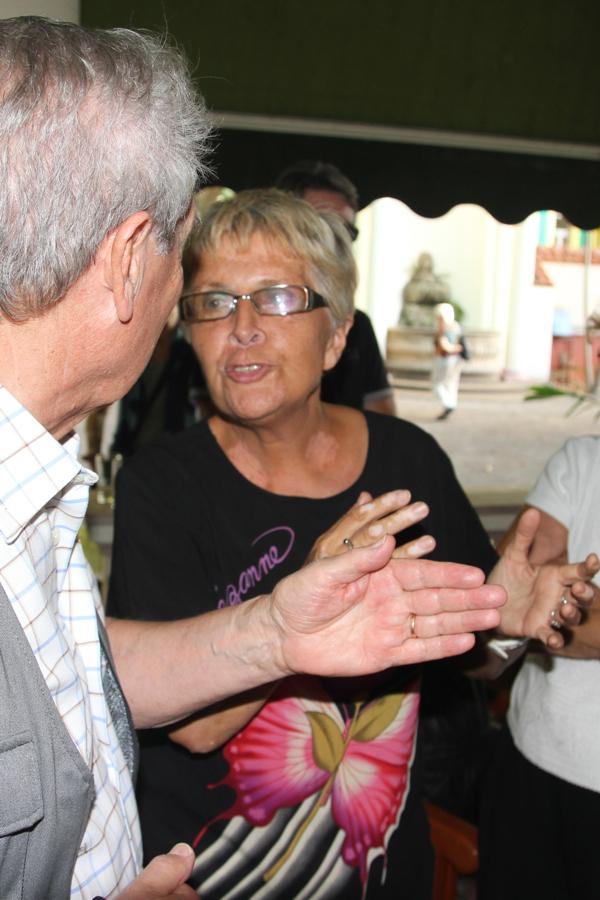 En discussion avec un des ses amis français, Paul Lestrade, fondateur de France-Cuba