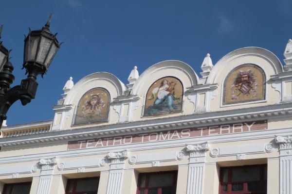 Le théâtre Tomas Terry à Cienfuegos construit entre 1886 à 1889.Les trois céramiques du fronton viennent de Venise.