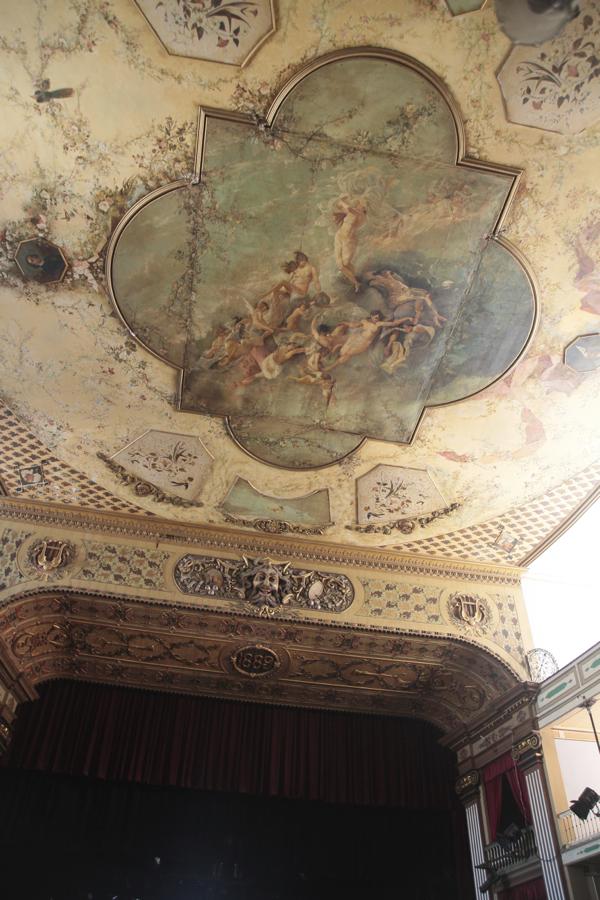 A l'intéreieur de ce  théâtre à l'italienne où s'est produit Sarah Bernhardt, une fresque d'un peintre cubain à la fin du 19ème.