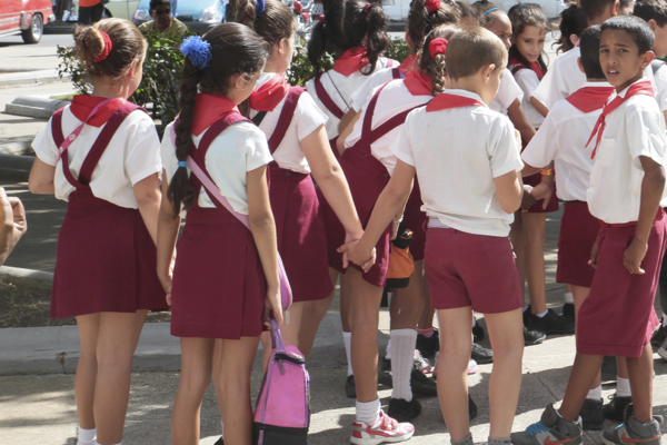Ces enfants de primaire sont en sortie dans le parc José Marti à Cienfuegos