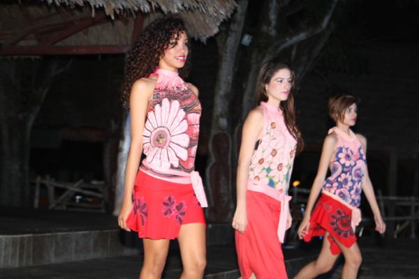 Défilé de mode au bord de la piscine à  Los Caneyes de Santa Clara