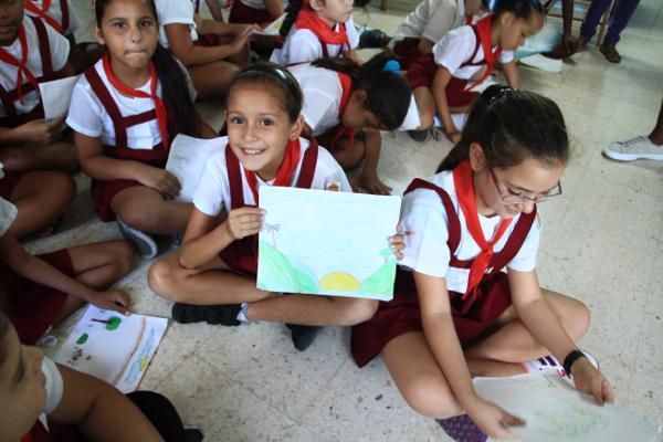 Au grand parc Métropolitain de La Havane, en classe verte. Elles vont nous offrir un dessin .