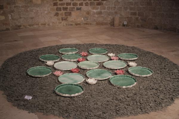 """""""Bouillon de nénuphars"""" sculptures en porcelaine papier modelée et émaillée de Caroline Worner"""
