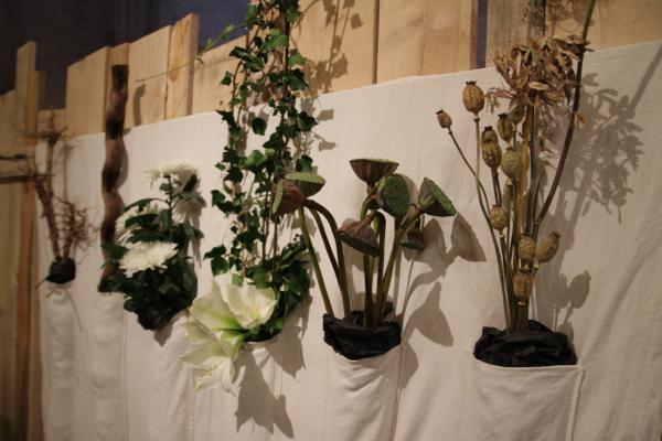 """""""Passé, présent, avenir"""" drap de lin, fleurs séchées, racines, bois mort"""