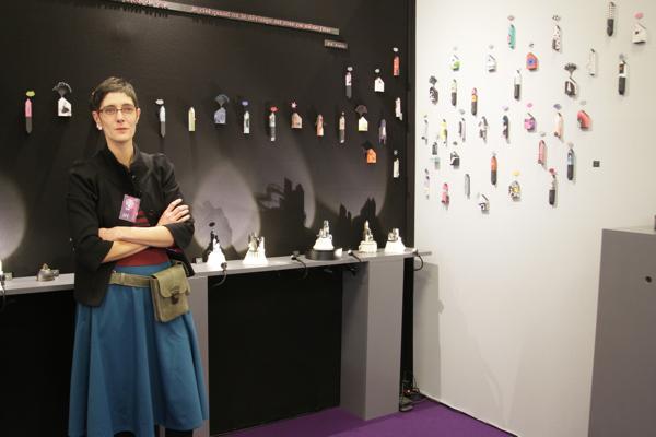 Alice Deloule devant ses œuvres d'art.