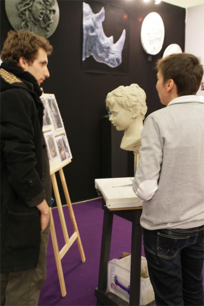 Rencontre un jeune apprenti luthier et un sculpteur.