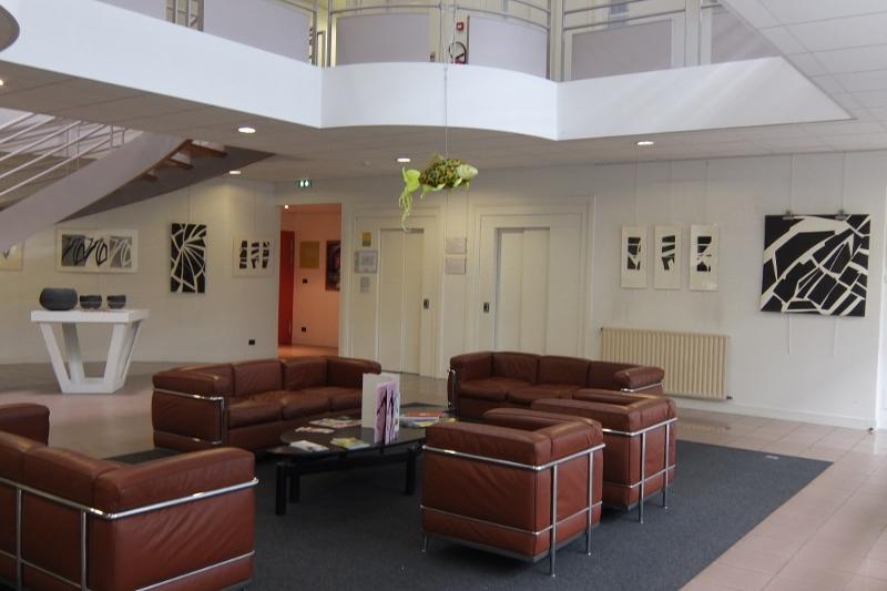 Maryse et Dany ont disposé leurs oeuvres dans le hall d'où l'on accède aux bureaux et différentes salles de réception et de réunion.