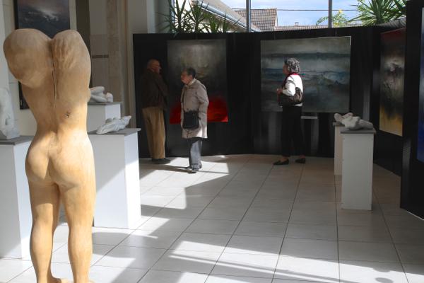 Les oeuvres des artistes invités d'honneur Alexandre Valette et Ryszard Piotrowski accueillent les visiteurs.