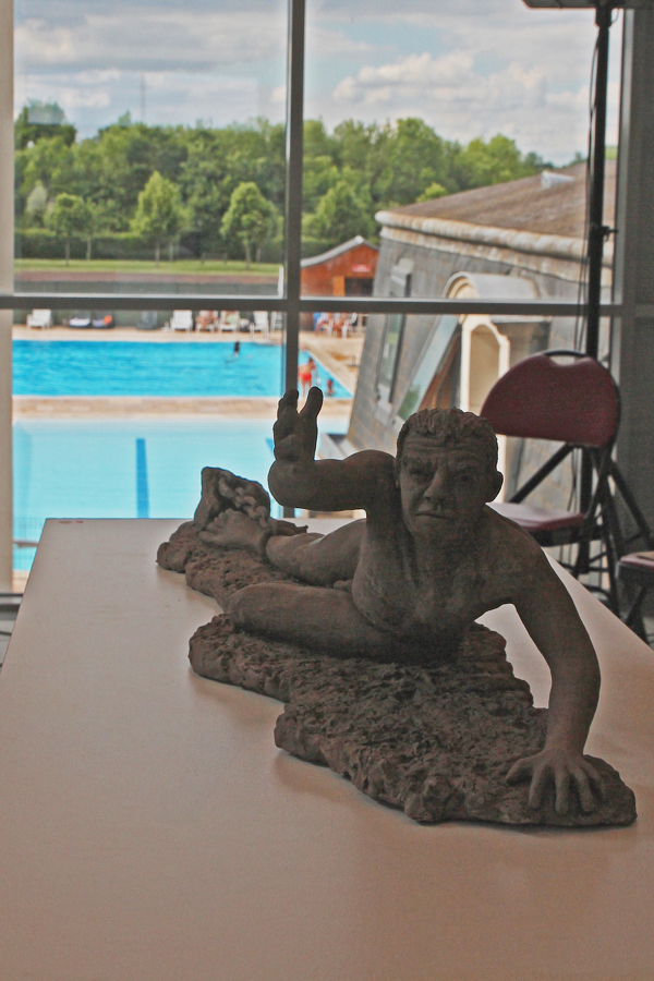 Un nageur sort de la piscine (sculpture de Anne Boisaubert