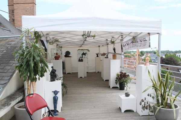 Sur la terrasse Marc Habarnau a reproduit son atelier avec des pièces réalisées par ses élèves.