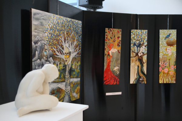 Devant une sculpture de Ryszard Piotrowski, les lumineuses acryliques de Magali.