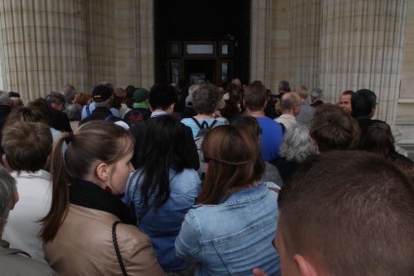 La foule pour entrer dans le monument du Panthéon à Paris