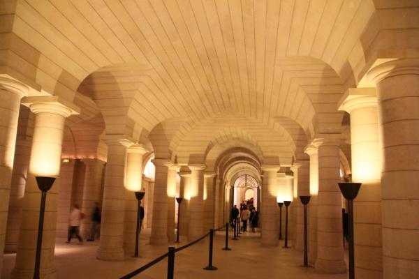 L'intérieur de la crypte, lon couloir de recuillement