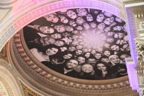 La coupole du Panthéon en cours de restauration, a été recouverte d'une bâche de chantier où se retrouvent les portraits de femmes et d'hommes ordinaires photographiés par l'artiste contemporain JR depuis le 4 juin 2014.