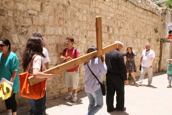 Pèlerins à la peine sur la via Dolorosa .