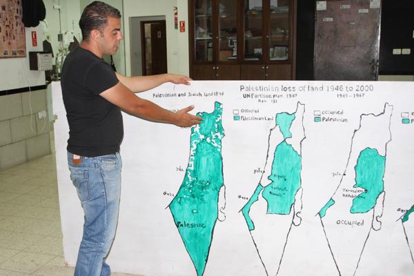 Un des animateurs de Airowwad expliquant cartes sur table l'évolution des territoires palestiniens