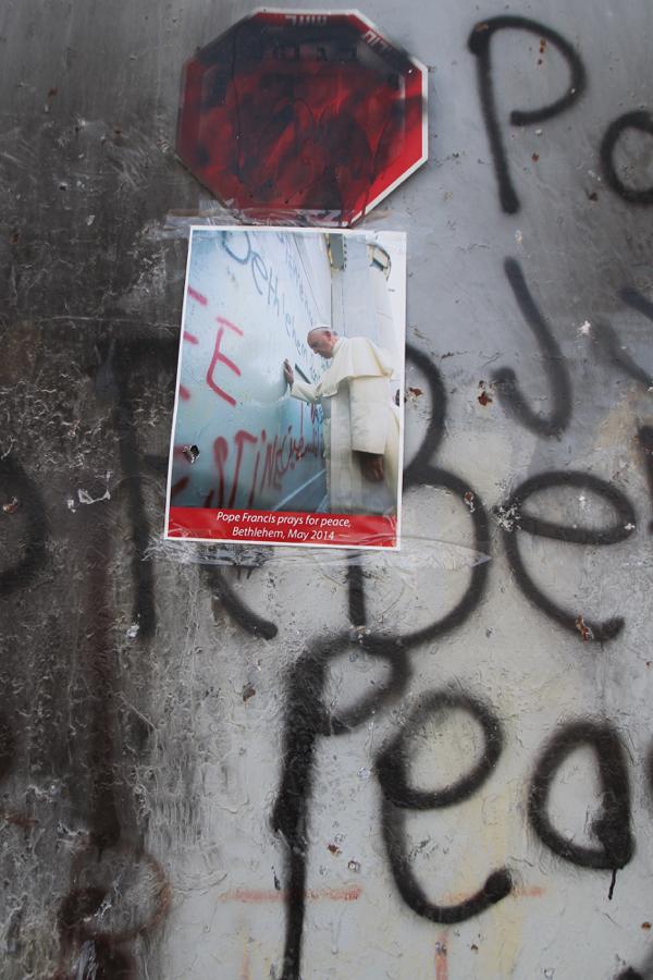 Sur le mur à Bethléem souvenir de la visite du Pape François en mai 2014.