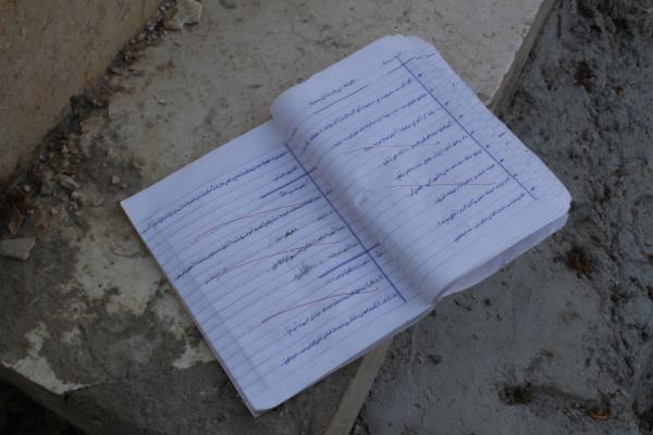Pourquoi ce cahier d'école a été oublié là ? Malgré la difficulté d'apprendre (50 élèves par classe) le taux d'alphabétisation est plus fort que dans les quartiers hors des camps.