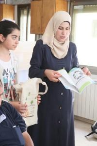 Kholon présente un des livres du kit pédagogique mis au point par l'association