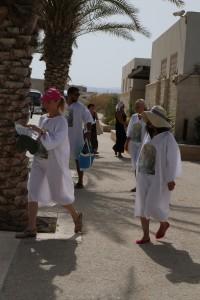 Ces pélerins se dirigent vers le Jourdain, une tunique blanche pour le baptême.