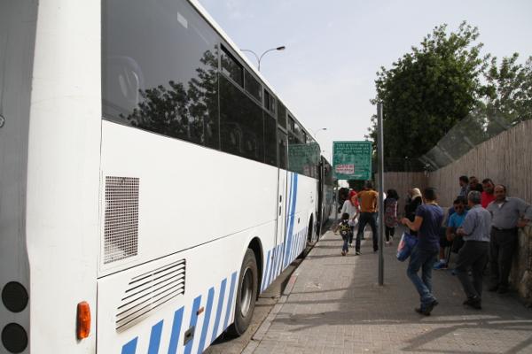 Les cars n'ont pas d'horaires, pour accueillir les voyageurs à leur sortie du check point.
