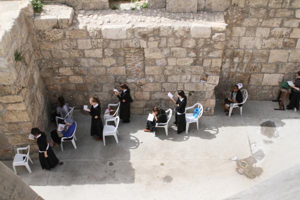Les femmes priant (il paraît que ces femmes très pratiquantes sont exemptées de service militaire° .