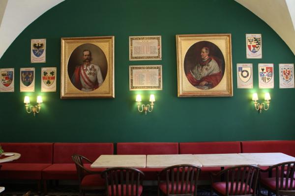 Illustres pèlerins dans la salle à manger de l'hospice Autrichien de la Sainte Famille