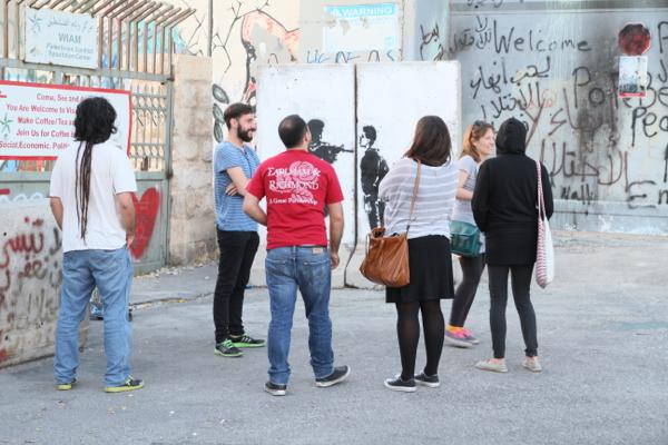 Ces oeuvres d'artistes connus attirent beaucoup de touristes, puissent-ils attirer l'attention sur le scandale de ce mur.